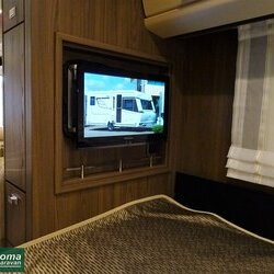 Eriba Nova S 545 2017 interieur bed tv (2).JPG