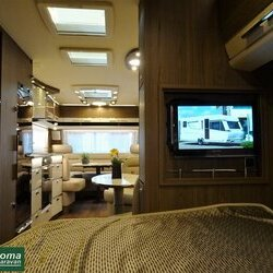Eriba Nova S 545 2017 interieur bed tv.JPG