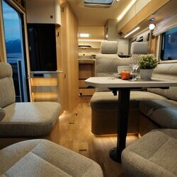 Hymer-BMC-I-600-White Line-03-binnenkant (1)-houtdecor-Grand-Oak.JPG