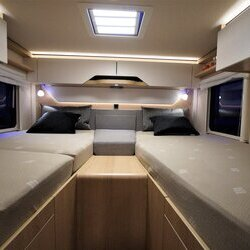 Hymer-BMC-I-600-White Line-05-Lengtebedden (1)-houtdecor-Grand-Oak.JPG